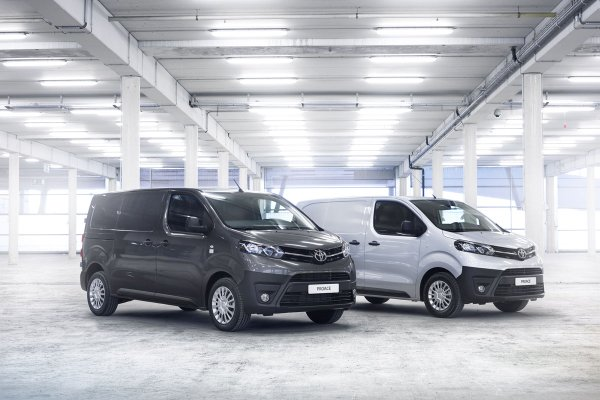 New-Proace-Wins-Best-Medium-Van-Award-In-The-Fleet-World-Honours
